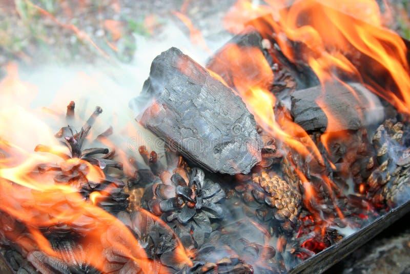 Download 火 库存照片. 图片 包括有 bldg, 木柴, 温暖, 背包, 黄色, 烧伤, lit, 晚上, 火焰 - 22356830