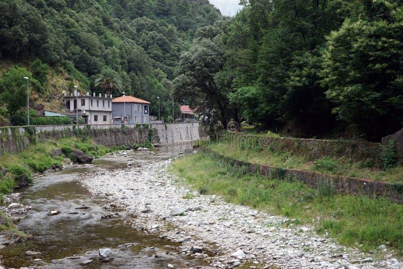Download 河 库存照片. 图片 包括有 城镇, 石头, 绿色, 岩石, 堤防, 布琼布拉, 欧洲, ,并且, 意大利 - 59109802