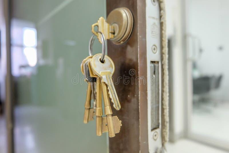 Download 家 库存图片. 图片 包括有 住宅, 匙孔, 锁定, 房子, 租金, 关闭, 属性, 证券, 布琼布拉, 采购 - 62539743