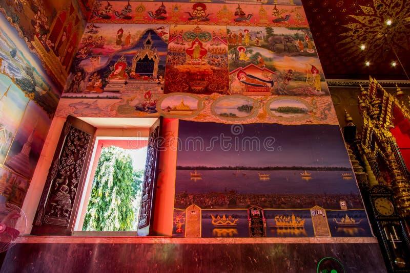 Nong Khai, Tailandia del noreste en December22,2018: Pinturas murales hermosas dentro del pasillo de la ordenación de Wat Pho Cha fotografía de archivo libre de regalías