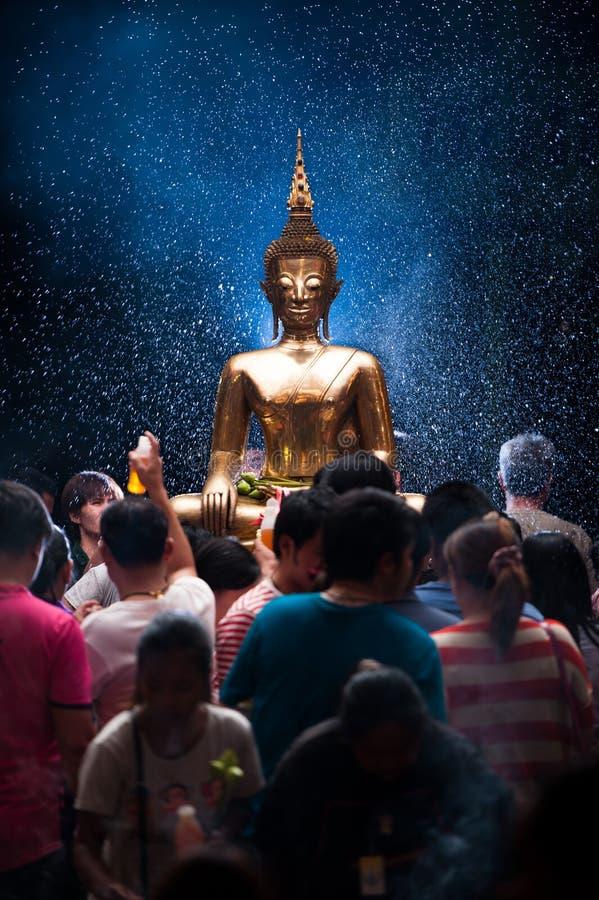 NONGKHAI ΣΤΙΣ 13 ΑΠΡΙΛΊΟΥ ΤΗΣ ΤΑΪΛΑΝΔΗΣ: Το φεστιβάλ Songkran, οι άνθρωποι χύνει το νερό στο άγαλμα Luang Pho Phra Sai όσον αφορά στοκ εικόνες