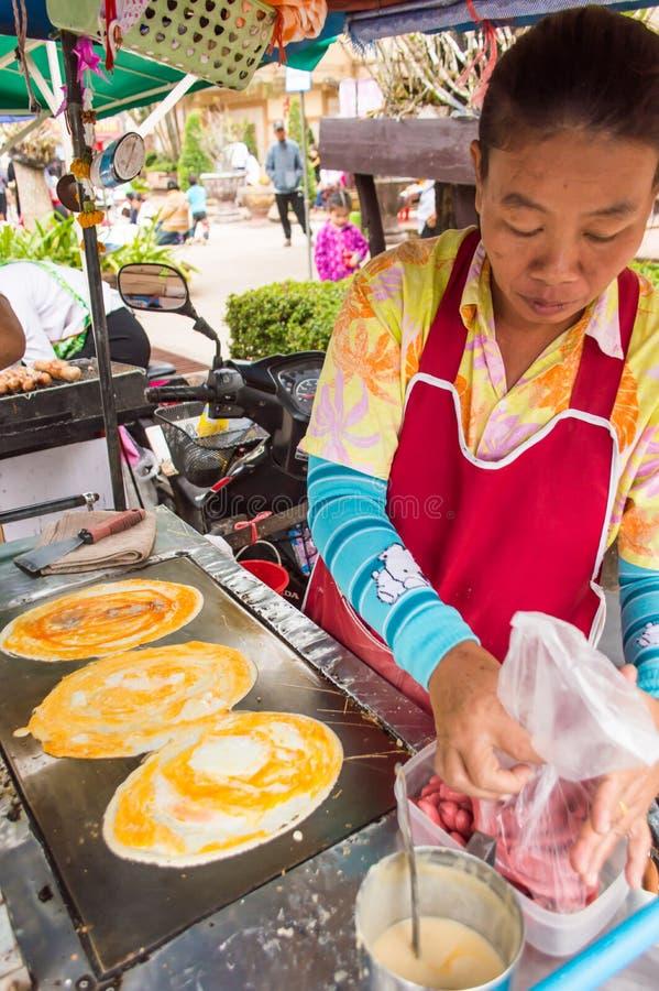 NONGKHAI, TAILANDIA 11 de enero - el vendedor tailandés de sexo femenino tailandés se está sentando imágenes de archivo libres de regalías