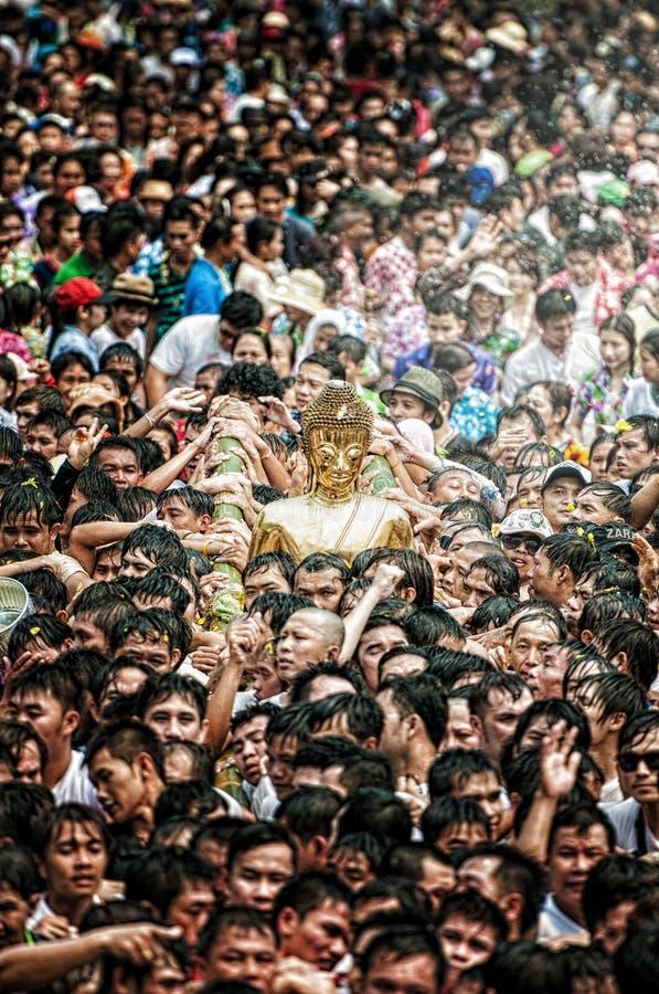 NONGKHAI THAILAND APRIL 13: Den Songkran festivalen, folket häller vatten, och sammanfogat ståta av statyn av Luang Pho Phra Sai  royaltyfri fotografi