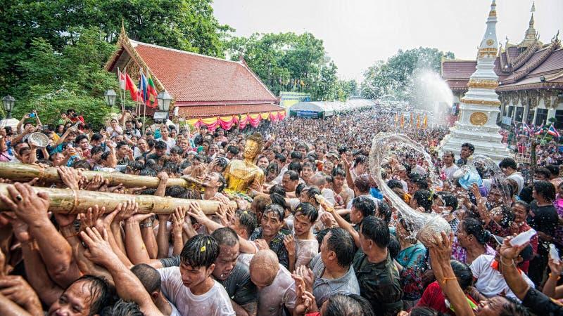 NONGKHAI THAILAND APRIL 13: Den Songkran festivalen, folket häller vatten, och sammanfogat ståta av statyn av Luang Pho Phra Sai  royaltyfria foton
