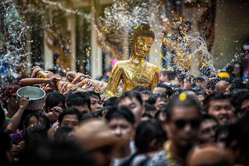 NONGKHAI THAILAND APRIL 13: Den Songkran festivalen, folket häller vatten, och sammanfogat ståta av statyn av Luang Pho Phra Sai  arkivfoton