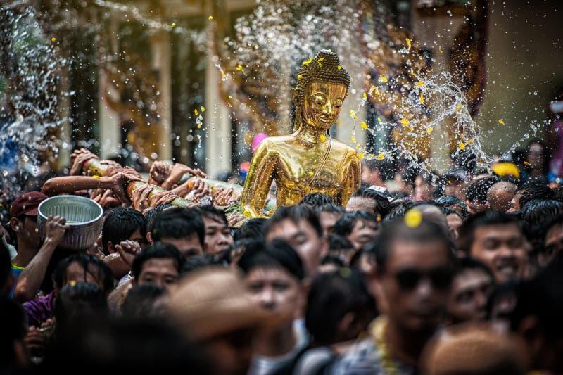 NONGKHAI THAILAND AM 13. APRIL: Songkran-Festival, die Leute gießen Wasser und verbindende Parade der Statue von Luang Pho Phra S stockfotos