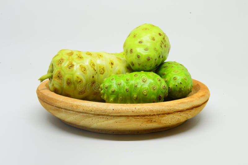 Noni frukt på vit bakgrund royaltyfri fotografi