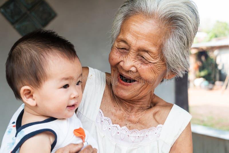 Nonna asiatica con il bambino fotografie stock libere da diritti