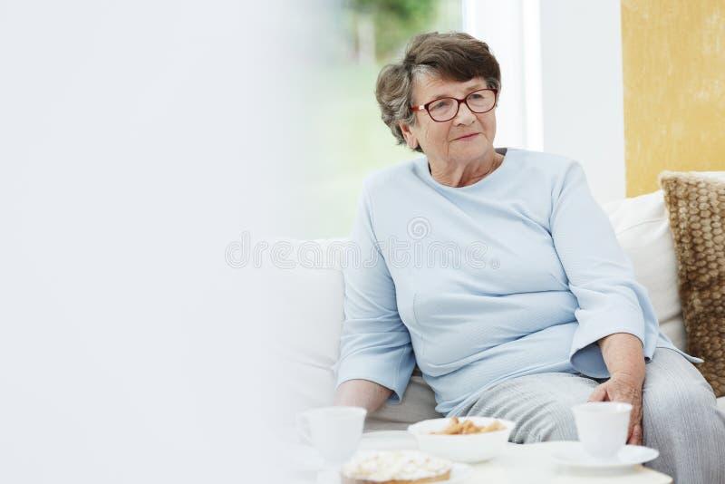 Nonna in attrezzatura blu fotografie stock libere da diritti