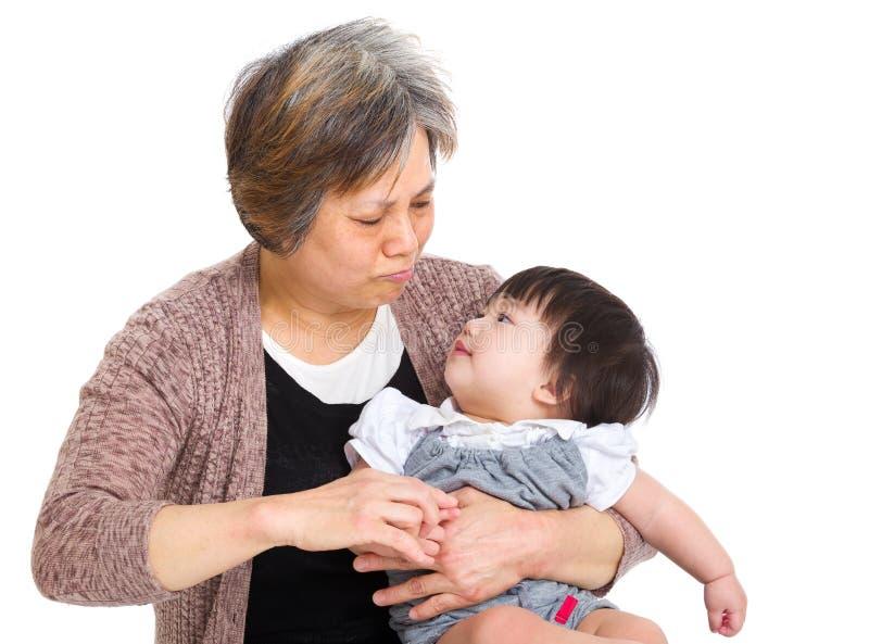 Nonna che esamina la sua nipote fotografia stock