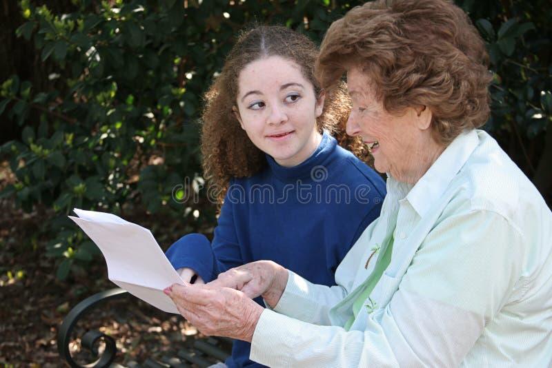 Nonna che riparte saggezza fotografia stock libera da diritti