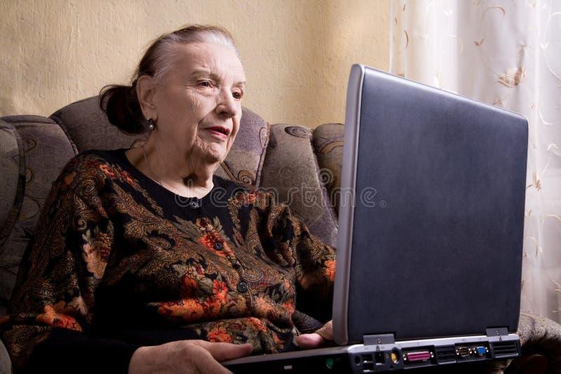 Download Nonna Con Il Computer Portatile Fotografia Stock - Immagine di internet, posta: 7310422