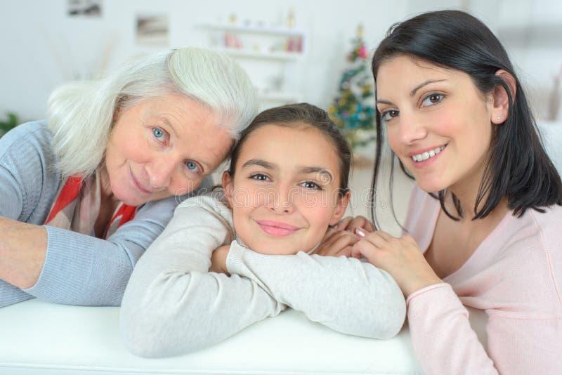 Nonna con il derivato e la grande figlia fotografia stock libera da diritti