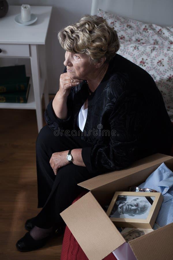 Nonna con la scatola di ricordi fotografia stock