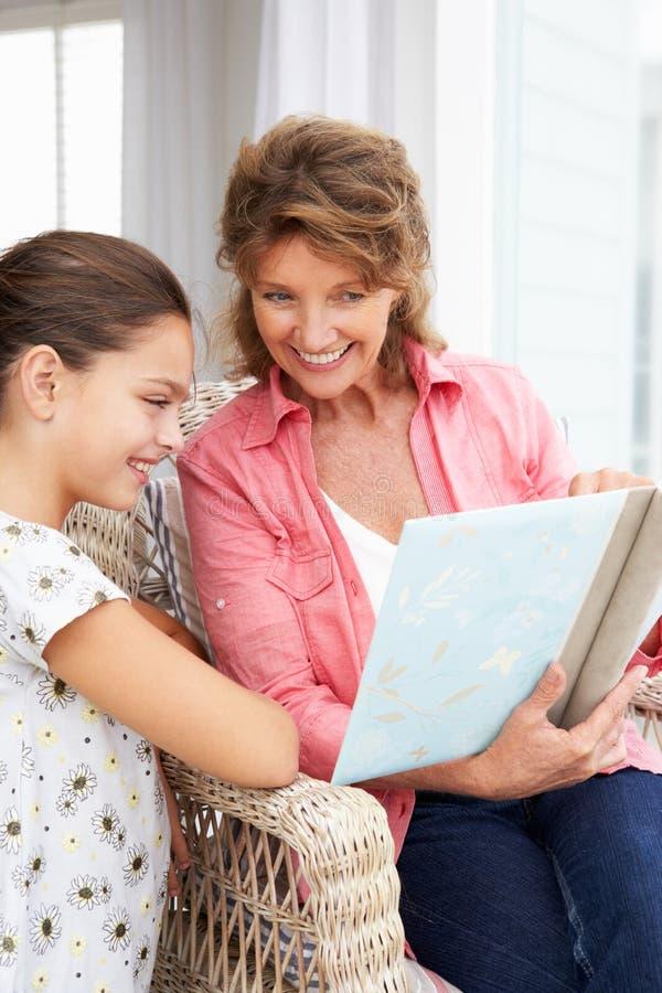 Nonna e nipote che esaminano le foto immagine stock libera da diritti