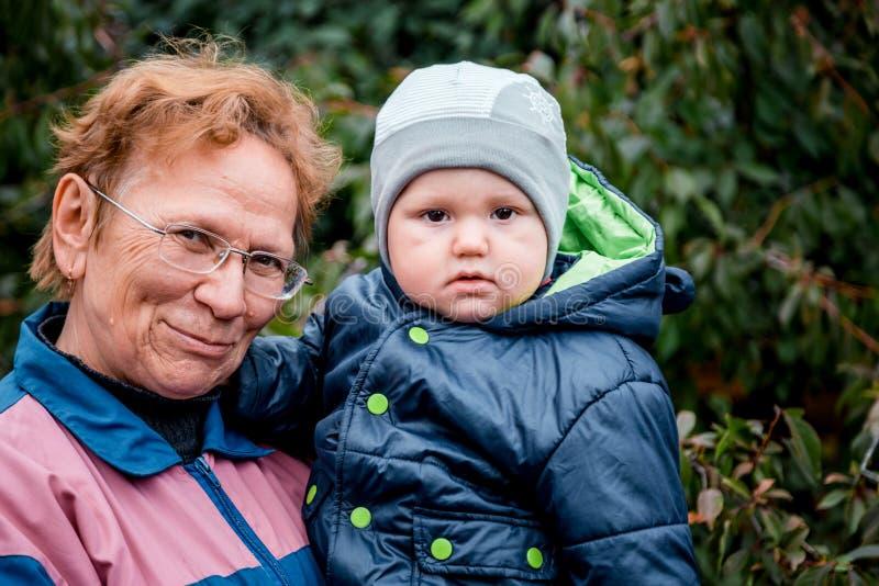 Nonna e piccolo nipote all'aperto fotografia stock libera da diritti