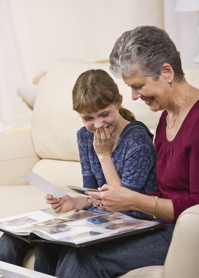 Nonna e ragazza con le foto fotografia stock libera da diritti