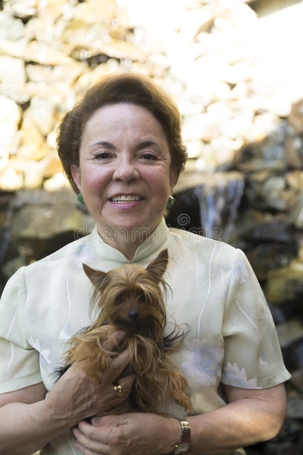 Nonna felice ed il suo cane fotografie stock