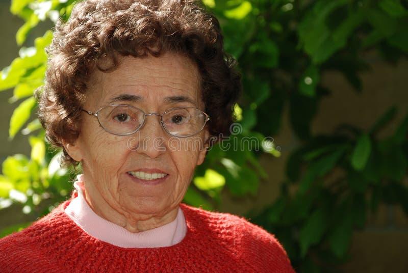 Nonna gentile in giardino fotografia stock