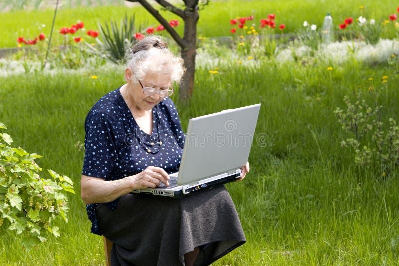 Nonna in giardino immagine stock