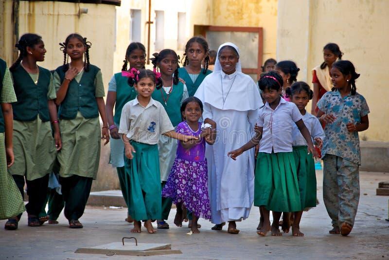 Nonne avec les enfants orphelins en Inde images stock