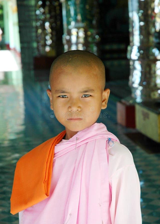 Nonne bouddhiste (de fille) dans Burman (Myanmar) photo libre de droits