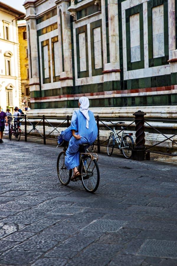 Nonne, die nahe Florence Duomo radfährt lizenzfreie stockfotos