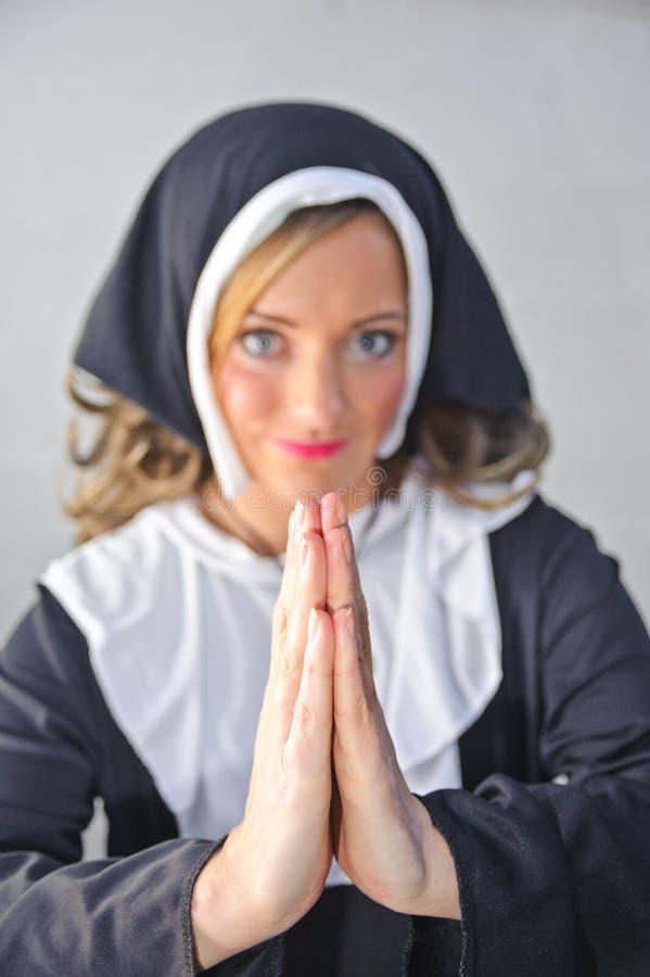 Nonne, die zum Allmächtiger betet stockfotos