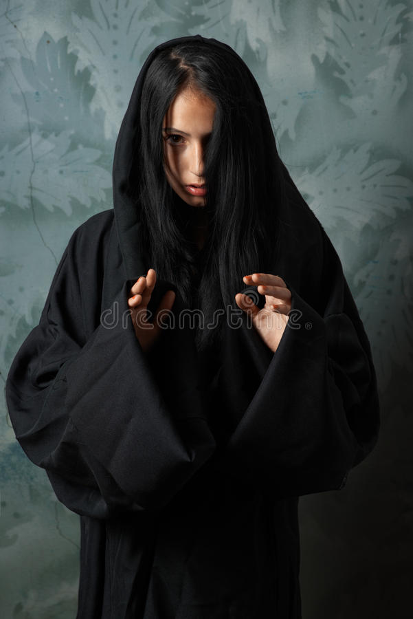 Nonne effrayante dans un cap photos libres de droits