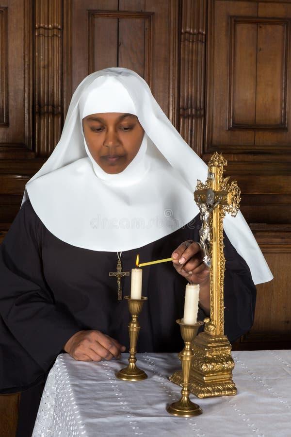 Nonne et autel images libres de droits