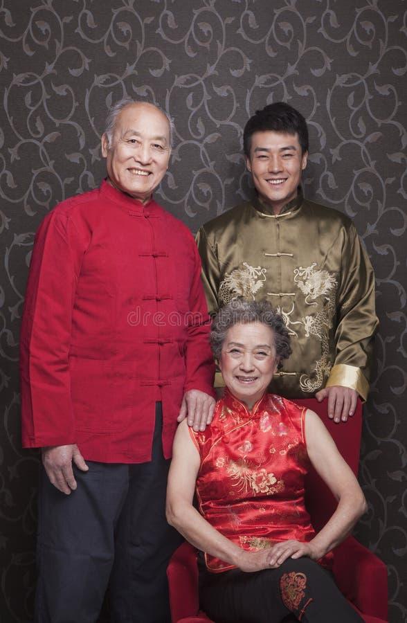 Nonni e nipote del ritratto in cinese l'abbigliamento del cinese tradizionale immagini stock