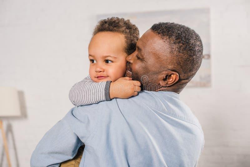 nonno afroamericano felice che abbraccia piccolo nipote adorabile immagini stock libere da diritti
