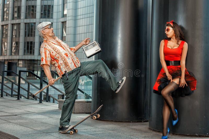 Nonno anziano con un bastone da pattinare immagini stock libere da diritti