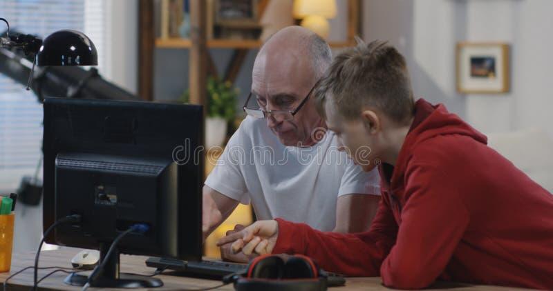 Nonno che chiede aiuto dal ragazzo immagine stock