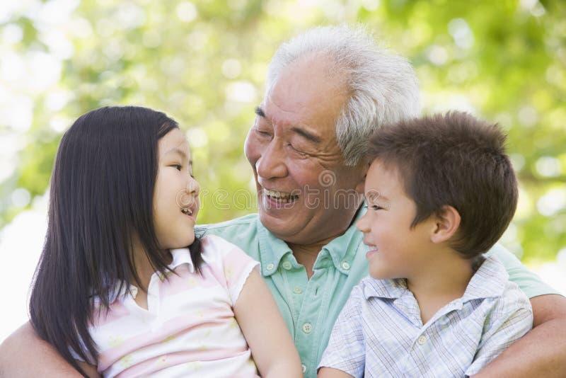 Nonno che ride con i nipoti fotografia stock libera da diritti