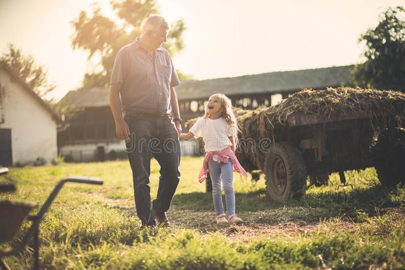 Nonno e nipote in villaggio fotografia stock