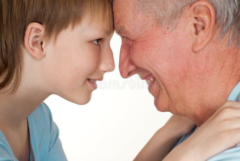 Nonno felice con il suo nipote imbrogliato fotografie stock