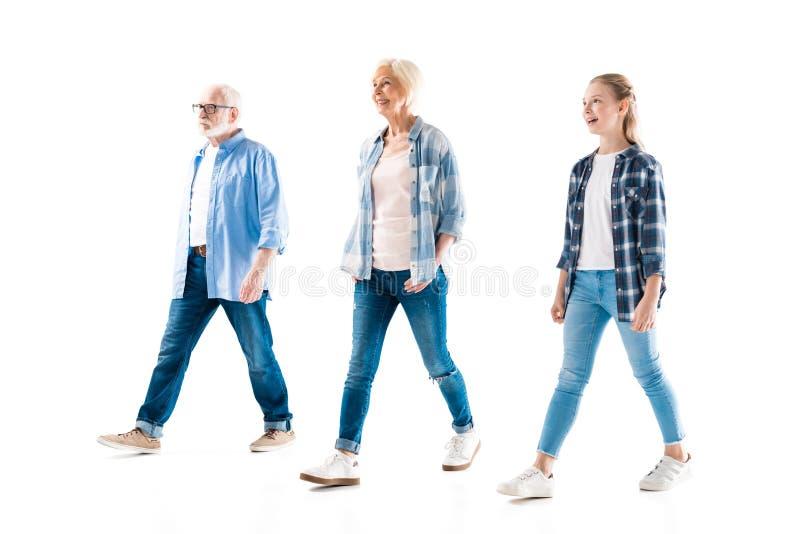 Nonno, nonna felice e nipote camminanti insieme fotografia stock