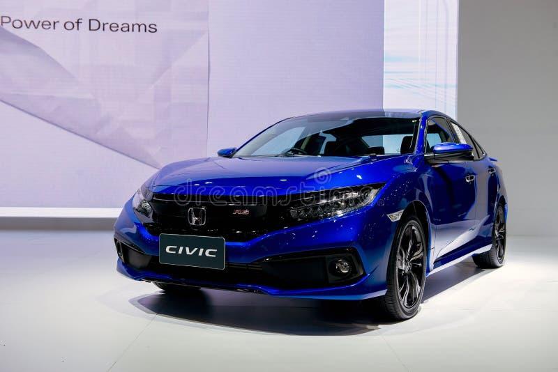 NONTHABURI, ΤΑΪΛΑΝΔΗΣ - 6,2018 ΔΕΚΕΜΒΡΙΟΥ: Πλάγια όψη όλου του νέου αυτοκινήτου χρώματος Honda Civic στροβιλο RS μπλε στην επίδει στοκ φωτογραφία