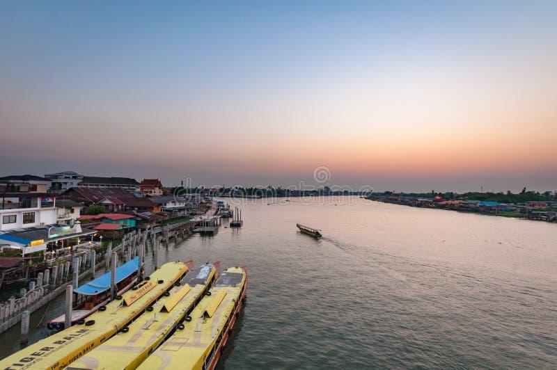 Nonthaburi, ТАИЛАНД - 10-ое апреля: 2016 Время Pakkret захода солнца a стоковые изображения rf