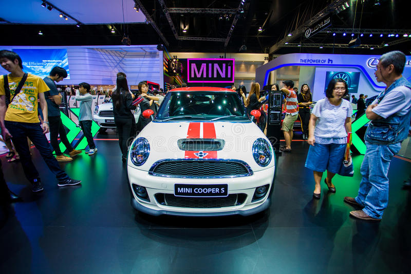 NONTHABURI - 8 DE DICIEMBRE: Coche de Mini Cooper s en la trigésima expo internacional del motor de Tailandia imagen de archivo