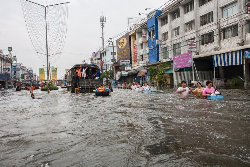 Nonthaburi flod i den Thailand 2011-The livsstilen av folk i mas royaltyfri bild