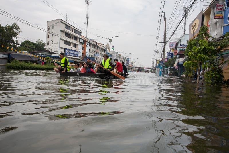 Nonthaburi flod i den Thailand 2011-The livsstilen av folk i mas arkivfoton
