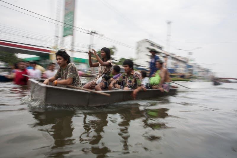 Nonthaburi flod i den Thailand 2011-The livsstilen av folk i mas royaltyfria foton