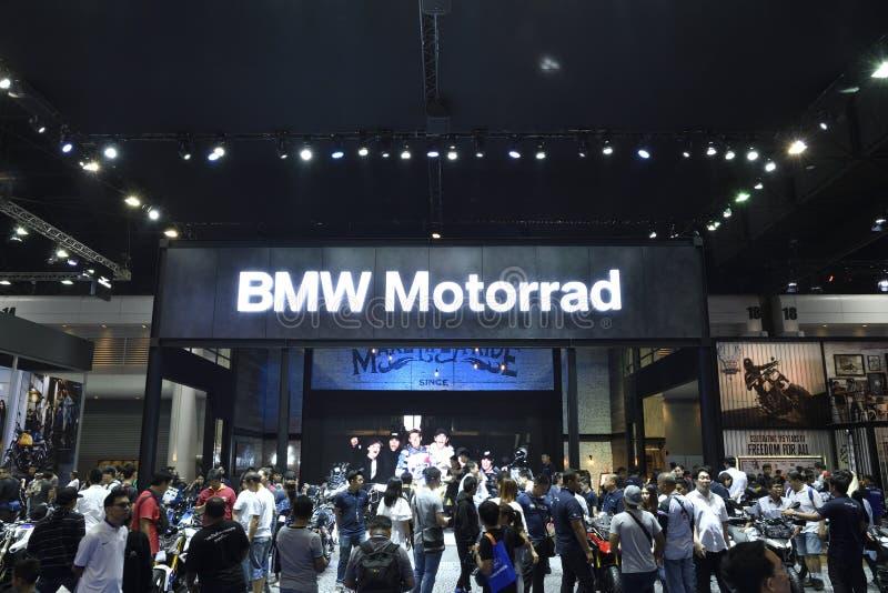 Nonthaburi, TAILÂNDIA - 6 de abril de 2018: Aglomere-se na frente da exposição da cabine de BMW na 39th EXPOSIÇÃO AUTOMÓVEL INTER imagem de stock