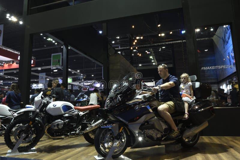 Nonthaburi, TAILÂNDIA - 6 de abril de 2018: Movimentação do teste da família o velomotor de BMW na exposição da cabine de BMW no  imagens de stock royalty free