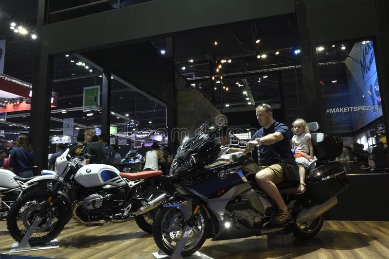 Nonthaburi, TAILANDIA - 6 aprile 2018: Prova su strada della famiglia la motocicletta di BMW nella mostra della cabina di BMW all immagini stock libere da diritti