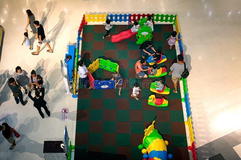 NONTHABURI, TAILANDIA - 8 OTTOBRE: Gioco delle famiglie in un box immagine stock libera da diritti