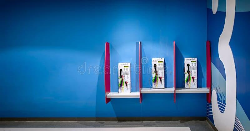 NONTHABURI, TAILANDIA - 8 OTTOBRE: I telefoni pubblici si siedono senza uso fotografia stock