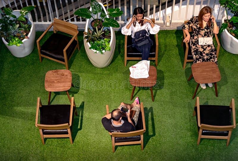 NONTHABURI TAJLANDIA, PAŹDZIERNIK, - 08: Kupujący biorą przerwę w obraz stock